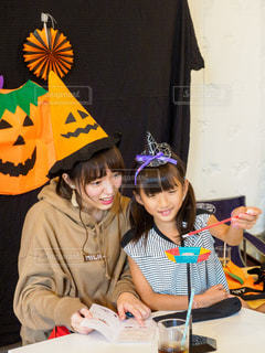 ハロウィンパーティでゲームを楽しむ女の子とお姉さんの写真・画像素材[2507770]