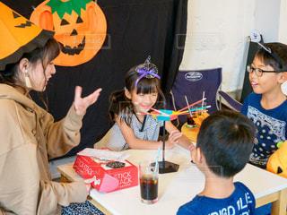 ハロウィンパーティでゲームを楽しむ子供たちとお姉さんの写真・画像素材[2507796]