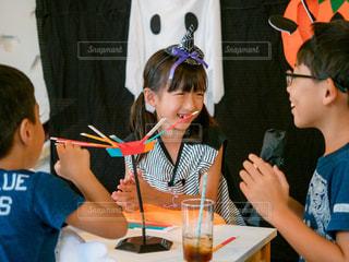 ハロウィンパーティでゲームを楽しむ子供たちの写真・画像素材[2507803]