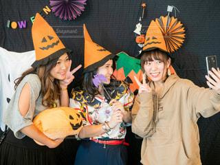 女性,20代,自撮り,パーティ,帽子,女子,楽しい,人物,人,笑顔,イベント,ハロウィン,かぼちゃ,女子会,行事,ハロウィンパーティ,ハロウィンかぼちゃ