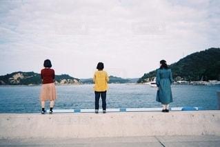 海を見る3人の女性の後ろ姿の写真・画像素材[2623562]