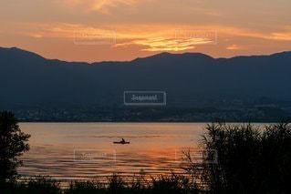水の体に沈む夕日の写真・画像素材[3351946]