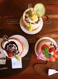 テーブルの上に食べ物のプレートの写真・画像素材[1049545]