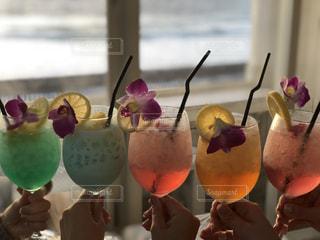 海,カラフル,手,オシャレ,人,グラス,カクテル,乾杯,ドリンク,飲料,ポップ,フォトジェニック,インスタ映え