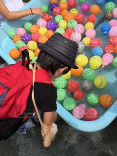 ヨーヨー釣りをする子供の写真・画像素材[1082315]