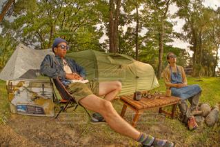 友人とのキャンプのワンシーンの写真・画像素材[1052569]