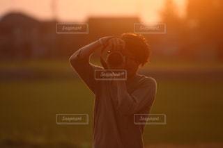 日没の前に立っている人の写真・画像素材[1270516]