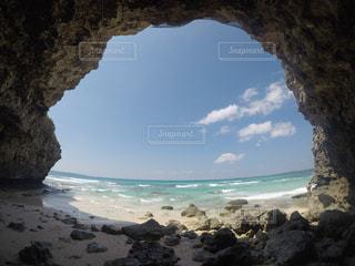 水の体の横にある岩のビーチの写真・画像素材[1386750]