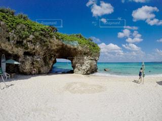 砂浜の上に立っている人の写真・画像素材[1386763]