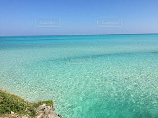 海の横にある水の体の写真・画像素材[1386771]
