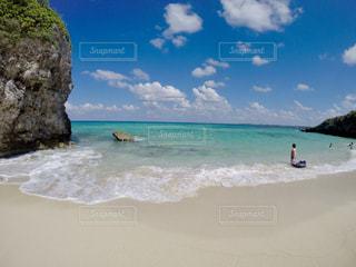 水の体の近くのビーチの人々 のグループの写真・画像素材[1386798]
