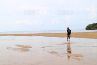 砂浜の上に立っている人の写真・画像素材[1387175]