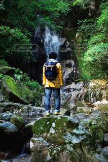 男性,30代,自然,秋,森林,森,水,男,滝,旅行,旅,午後,探検,ジャケット,山登り,パーカー