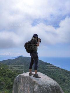 男性,空,夏,カメラ,屋外,きれい,青空,山,登山,美しい,人物,人,写真,日本,九州,初夏,休日,レジャー,ハイキング,サマー,お散歩,真夏,ライフスタイル,山登り,7月,福岡県,糸島市
