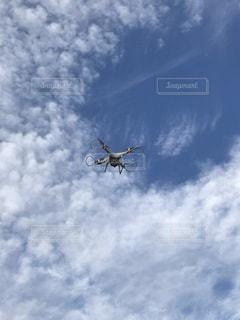 青空に映えるドローンの写真・画像素材[1098652]