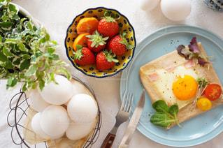 テーブルの上に食べ物のプレートの写真・画像素材[1056780]