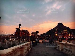 夕暮れ時の都市の景色の写真・画像素材[1051719]