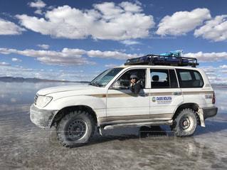 ウユニ塩湖でランクルの写真・画像素材[1052839]