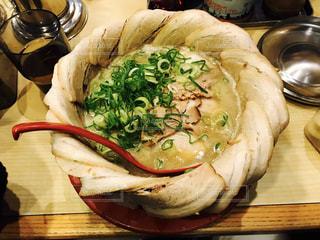木製のテーブルの上に食べ物のパンの写真・画像素材[1067657]