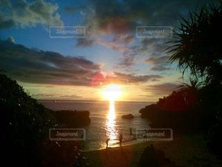 万座ビーチから眺める夕陽✨の写真・画像素材[1053541]