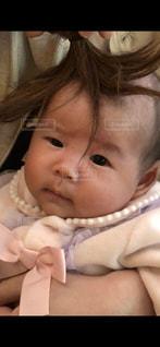 近くに赤ちゃんのアップの写真・画像素材[1061916]