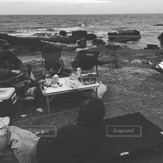 ビーチに座っている人々 のグループの写真・画像素材[1206790]