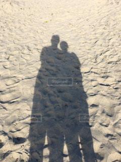 砂浜に写る夫婦の影の写真・画像素材[1054059]