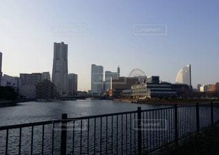 バック グラウンドで市と水の体の上の橋の写真・画像素材[1136355]