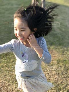 草の中に立っている小さな男の子の写真・画像素材[1136426]