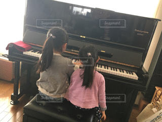 ピアノの前に立っている人の写真・画像素材[1278647]
