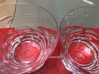 クローズ ボトルの赤ワインのグラスをの写真・画像素材[1057969]