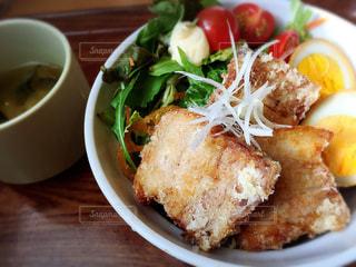 板の上に食べ物のボウルの写真・画像素材[1056707]