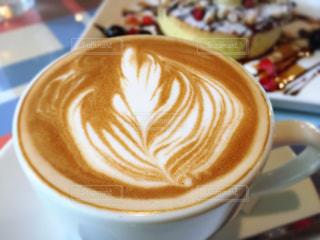 テーブルの上のコーヒー カップの写真・画像素材[1056856]