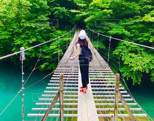橋の上に立っている人の写真・画像素材[1257615]