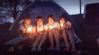火の周りに座っている人々のグループの写真・画像素材[3600483]
