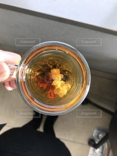 ガラスのボウルを持っている手の写真・画像素材[1057812]