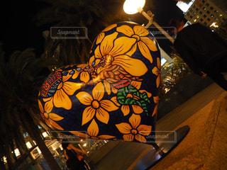 暗い部屋に座っている花の花瓶の写真・画像素材[1112592]
