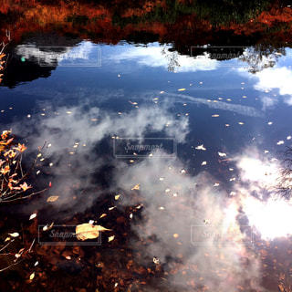 水に映える秋の空の写真・画像素材[1094862]