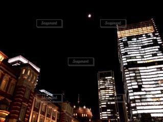 東京駅と月の写真・画像素材[1196942]