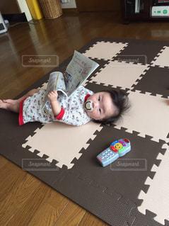 テーブルの上に座って赤ちゃんの写真・画像素材[1070592]