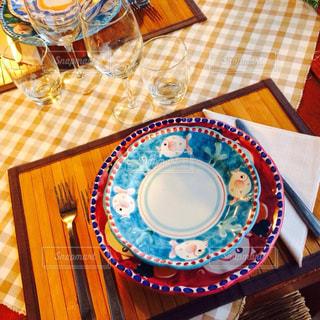 テーブルにバースデー ケーキのプレートの写真・画像素材[1083264]