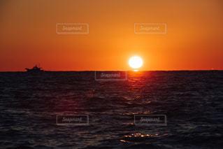 海,赤,夕焼け,船,暗い,シルエット,日没,夕陽,沼津,日が沈む