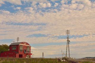 水域の隣に停車する列車の写真・画像素材[2322101]