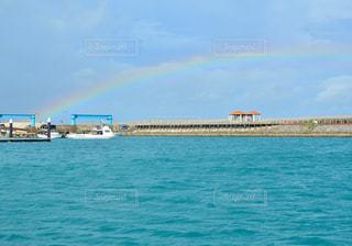 水面にかかる七色の橋の写真・画像素材[2328766]