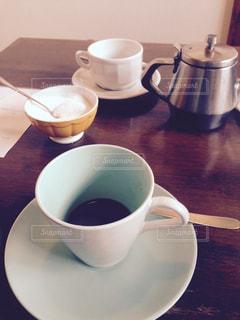 木製のテーブルの上に置くコーヒー1杯の写真・画像素材[2834949]