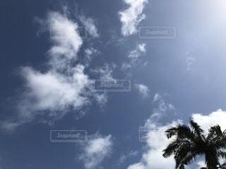 青い空に雲の写真・画像素材[1103358]