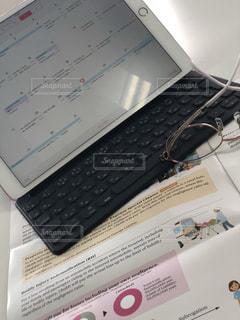 本の上に座ってオープン ラップトップ コンピューターの写真・画像素材[1326002]