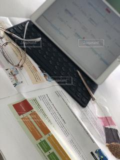 本を机の上に座っています。の写真・画像素材[1326003]