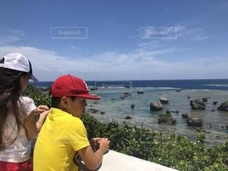 水域の隣に立っている人の写真・画像素材[2092328]