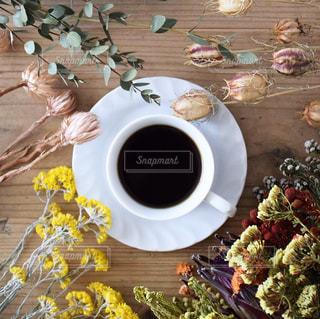 コーヒーとドライフラワーの写真・画像素材[1062263]